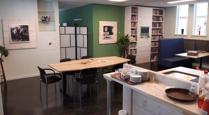 buurtkamer, tafels, stoelen, boekenkast, bar, schilderij, bankje